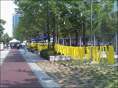 대전시청 주변에는 고인을 추모하는 글귀를 적은 노란 리본이 둘러싸고 있었다.