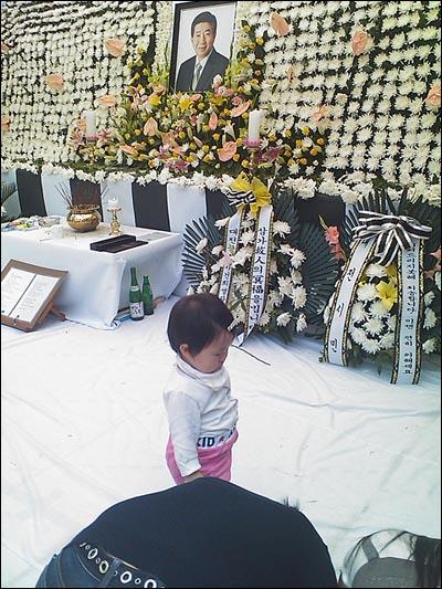 엄마와 함께 분향소에 온 아이는 어머니가 절을 하자 이내 저도 따라 절을 했다.