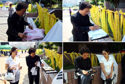 여수분향소를 찾은 한병탁 씨가 노무현 전 대통령에게 받은 선물을 꺼내며 오열하고 있다.