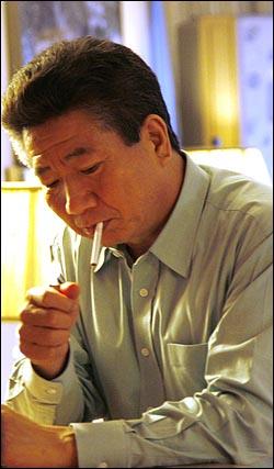 [미공개 사진] 책을 보다가 휴식하며 담배를 피우는 노무현 대통령의 모습.(2007.4.27)