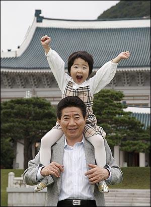 [미공개 사진] 손녀를 무등 태우고 있는 노무현 대통령. (2007.9.29)