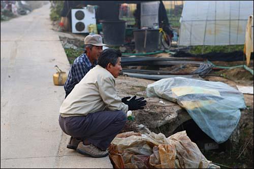 2008년 10월 18일. 화포천 주변에 있는 농지를 둘러보다 만난 농민과 함께 앉아 얘기를 나누는 대통령님