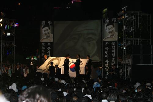 추모행사 부산시민들이 참여한 가운데 부산역 광장에서 추모제행사를 하고 있는 모습