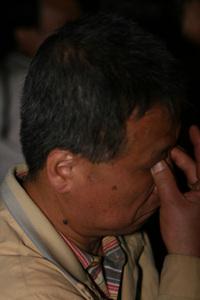 눈물 왠지 모르지만 마냥 눈물이 흐른다는 최아무개(53)씨, 봉화마을에도 다녀왔지만 어디를 가나 일이 손에 잡히지도 않고 울적한 기분이 계속된다고 말하고 또다시 눈물을 흘리고 있다