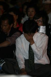 눈물 한 시민이 고개를 들지도 못하고 20여분동안 눈물을 닦아내고 있는 모습을 담아봤다.