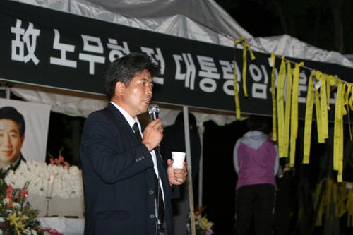 시민분양소를 책임지고 있는 박아무개(41)씨가 시민분양소를 찾은 김해시민들에게 상황설명을 하고 있는 모습이다.