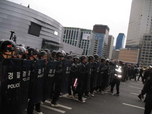 새벽 5시20분부터 경찰이 시민들을 도로에서 내쫓기 시작하였다.