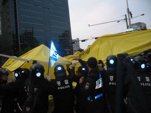 경찰이 분향소 천막을 부수고 있다.