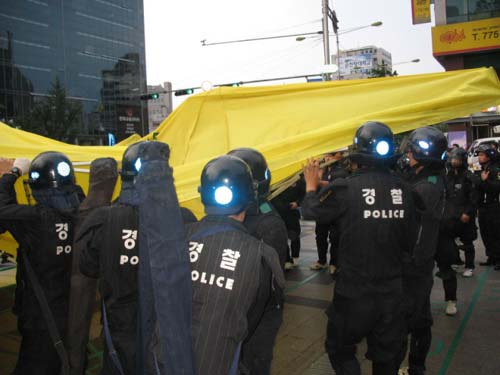 천막을 부수는 경찰들.