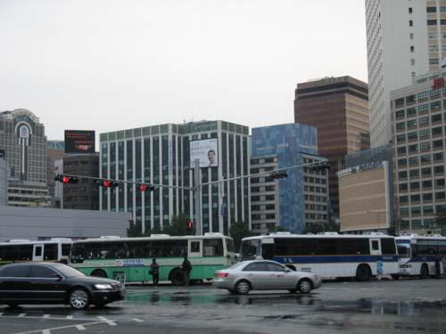 다시 경찰버스 차벽으로 둘러싸인 시청광장 .