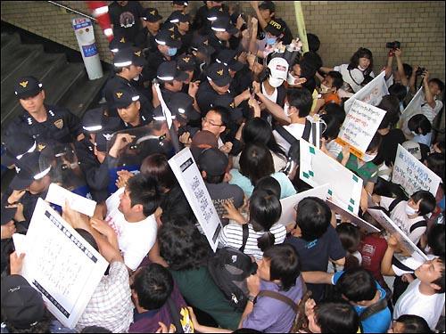 지하철 2호선 시청역 입구를 막아선 경찰의 저지선을 뚫기 위해 대학생 200여 명이 격렬한 몸싸움을 벌이고 있다.