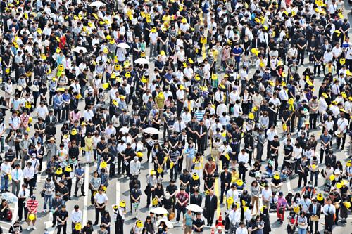고 노무현 전 대통령의 명복을 비는 묵념을 올리는 시민들
