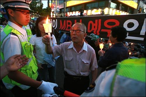 30일 새벽 경찰병력이 강제철거했던 서울 덕수궁앞 고 노무현 전 대통령 시민분향소에 많은 시민들이 다시 몰려 들어 조문을 재개하고 있는 가운데, 밤늦은 시간 시민분향소앞을 가로막고 있는 경찰들에게 한 시민이 항의를 하고 있다.