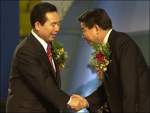 노무현과 이인제 2002대선 민주당 경선에서 두 사람이 악수하고 있다