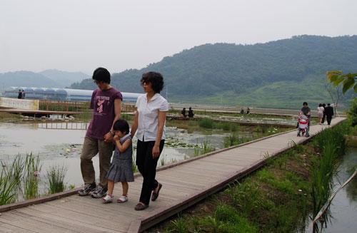 """""""이게 호화판 연못이야?"""" 생태연못에서 쉬고 있을 때 신혼여행온 형 부부를 만났다. 급하게 여행지를 바꿔 봉하마을을 찾았다고 했다."""