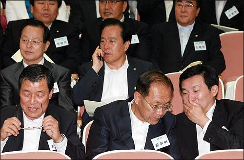 4일 오전 과천 중앙공무원 교육원에서 열린 한나라당 의원 연찬회에서 원희룡 쇄신특위 위원장이 황우여 의원과 귓속말을 하고 있다.