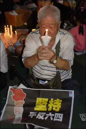 거동이 불편함에도 불구하고 촛불을 꿋꿋이 들고 있는 할아버지.