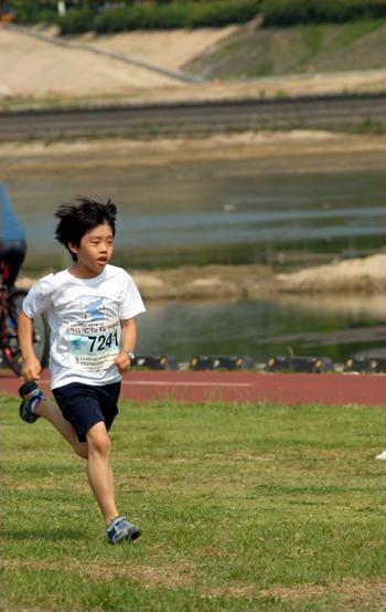 어린 참가자 골인 지점까지 조금도 지치지 않고 달렸다.