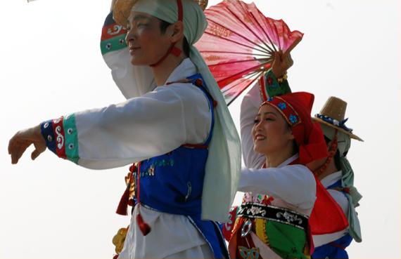 대회 축하공연 개막식 축하 공연에서 힘 있는 춤사위로  박수를 받았다.