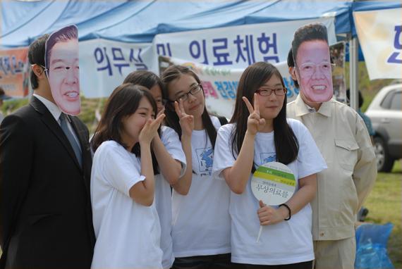 남북 정상과 함께 '찰칵' 6.15정상회담을 재연하는 퍼포먼스에 참가자들이 즐거워하고 있다.