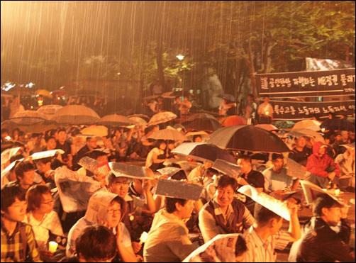 청주 중앙공원 '6·10 민주회복을 위한 범국민대회' 비가 오는 가운데 청주시 중앙공원에서는 시민사회단체, 노동계, 정당, 학생 등 1500여명이 참석한 가운데 6·10 민주회복을 위한 범국민대회가 열렸다.