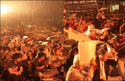 비속에서도 꺾이지 않는 민주회복의 함성 이날 참석한 1500여명의 시민들은 '6·10 민주회복을 위한 범국민대회'가 끝날때 까지 비를 맞으며  자리를 떠나지 않고 있다.