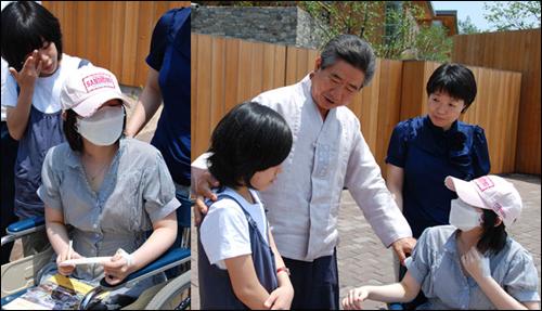 고 노무현 전 대통령은 지난해 6월 26일 봉하마을 사저 앞에서 급성골수성백혈병을 앓았던 소녀 성민영과 그 가족들을 만나 격려했다.