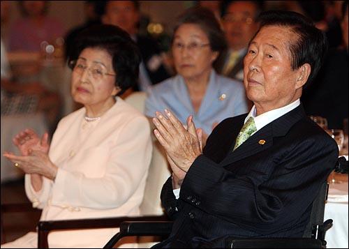 김대중 전 대통령과 부인 이희호씨가 11일 오후 서울 여의도 63빌딩 국제회의장에서 김대중평화센터 주최로 열린 6.15 남북공동선언 9주년 기념행사에서 문정인 연세대 교수의 특별강연을 경청하며 박수를 치고 있다.