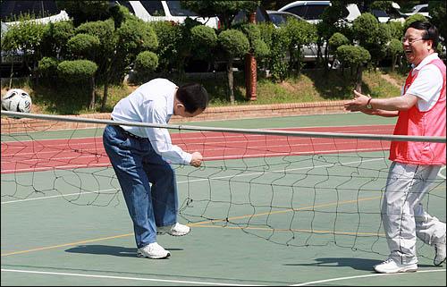 이회창 자유선진당 총재가 12일 오후 국회 대운동장에서 열린 '6월 임시국회 개회 촉구 체육대회'에서 족구 경기에 참여해 공을 차자 권선택 전 원내대표가 박수치고 있다.