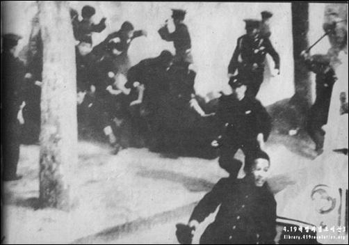 '피의 화요일'이라고 불리는 1960년 4월 19일 경무대 앞. 경찰이 시위대를 무자비하게 진압하고 있다.