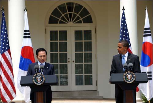 이명박 대통령과 오바마 미국 대통령이 16일 정상회담 후 공동기자회견을 하고 있다.