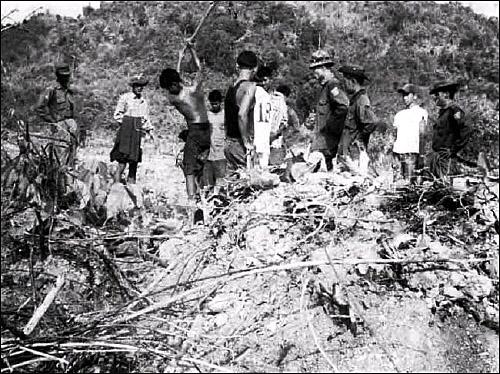 버마에서 벌어지는 강제노동 군대에 의해 끌려나온 버마 주민들이 도로 공사를 하고 있다.