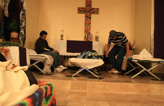 십자가 아래 강대상에 잠자리를 마련한 노숙자들.