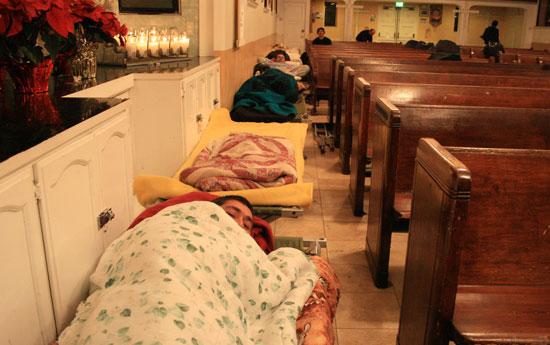 예배당 통로를 가득 메운 간이침대.