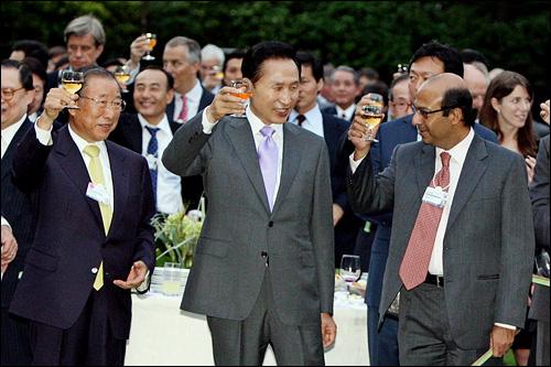 19일 오후 이명박 대통령이 청와대 녹지원에서 열린 세계경제포럼 환송 리셉션에서 조석래 전경련 회장(왼쪽) 등 참석자들과 건배를 하고 있다.