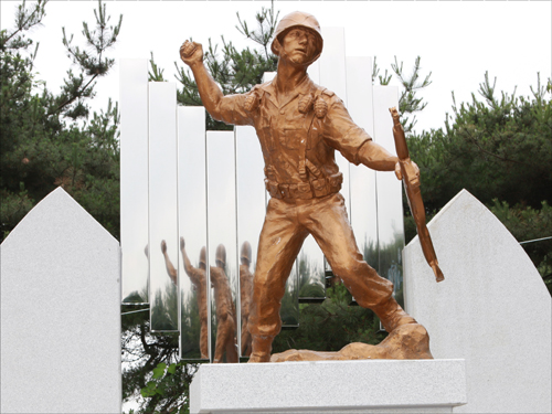 한얼공원에 세워진 이희복 용사 동상