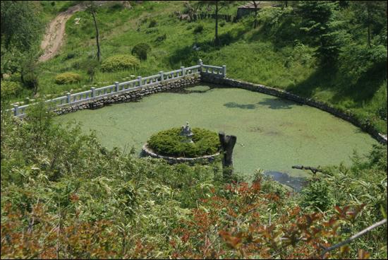 낙산사의 연못 화마의 흔적이 아직 남아있긴 하지만 낙산사는 본래의 모습을 찾아가고 있었다.