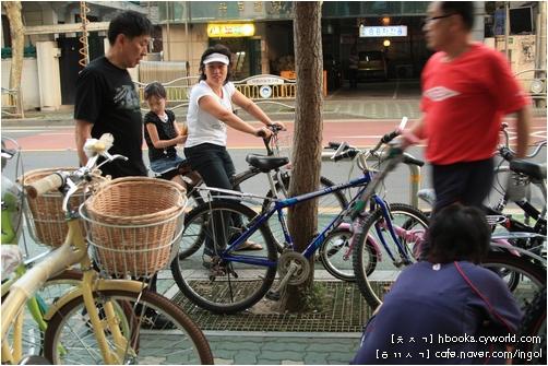 자전거집 아저씨는 동네사람들 자전거를 보면, 그분들을 알아볼 만큼 됩니다. 길을 가다가도 자전거 소리를 들으며 그 자전거가 제대로 굴러가는지 망가져 있지는 않은지를 느낀다고 합니다.