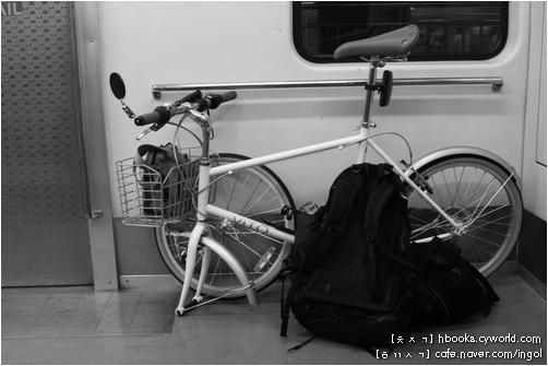앞바퀴를 뗀 채 전철 바퀴걸상 칸에 싣습니다. 이번 자전거에는 바구니가 있어 작은 짐을 바구니에 넣어 둡니다.