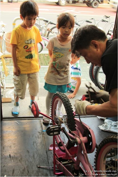 자전거 맡기러 온 아이들은 자전거집 아저씨 손놀림을 놀라워 하는 눈길로 하염없이 바라보곤 합니다. 그런데, 자전거 간수 좀 잘 해 주지. 비올 때 그냥 내버려 두어 체인이 다 슬어 버렸잖니.