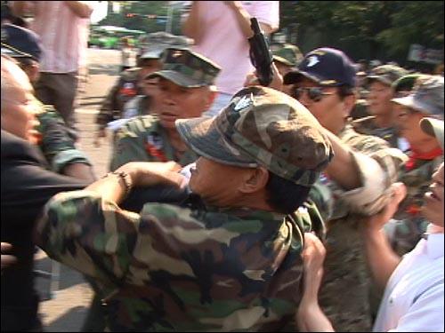24일 오후 여의도 MBC 본사앞에서 시위를 벌이며 진입을 시도하던 고엽제전우회 회원이 가스총을 꺼내 'MBC를 향해 쏘겠다'며 위협하고 있다. (동영상 화면)