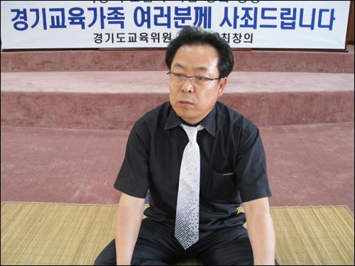 이재삼 경기도교육위원회 위원은 예산안 삭감에 항의하며 지난 23일 밤부터 농성에 들어갔다.