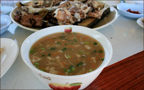 마무리는 야채를 곱게 썰어 넣어 끓여낸 닭죽이다.