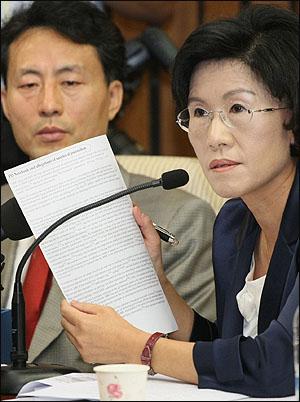 26일 오전 국회에서 열린 한나라당 주요 당직자회의에서 진수희 여의도연구소장이 세계적인 위키피디아 사이트(http://www.wikipedia.org)에 MBC PD수첩의 비윤리적 보도행태가 논란이 되고 있다고 말하고 있다.