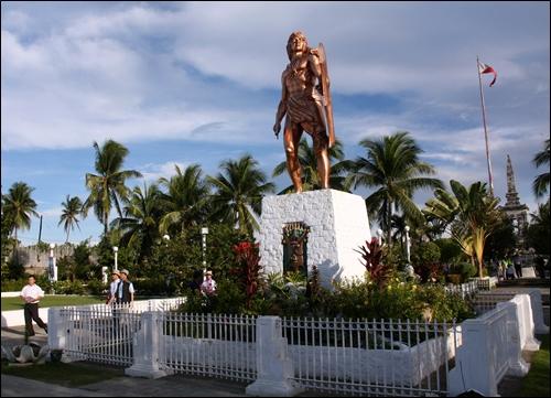 라푸라푸 추장 동상