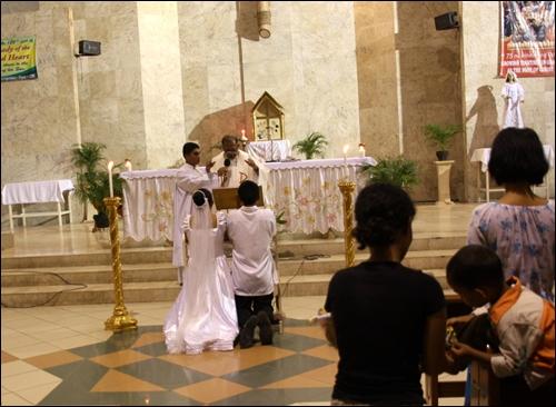 성당에서 결혼식을 올리는 재혼부부