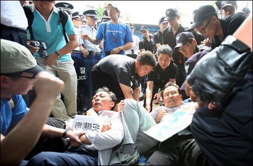 경찰에 끌려가는 정진후 전교조 위원장 전교조 위원장이 경찰에 연행된 것은 2003년 네이스 투쟁 관련 원영만 위원장이 연행 · 구속된 이후 처음이다.