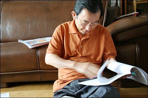 김삼웅 전 독립기념관장이 김대중 평전 집필 자료를 살펴보고 있다.