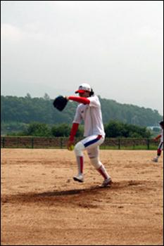 3일 경기도 양평 강상체육공원. 국가대표팀 투수 박수연이 힘껏 공을 던지고 있다.