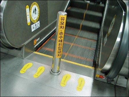 지하철 역 내 볼라드도 누군가에겐 버거운 장애물이다.